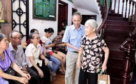 Cả khu dân cư nhà anh Khang cùng tới Trung tâm Thuốc dân tộc để thăm khám