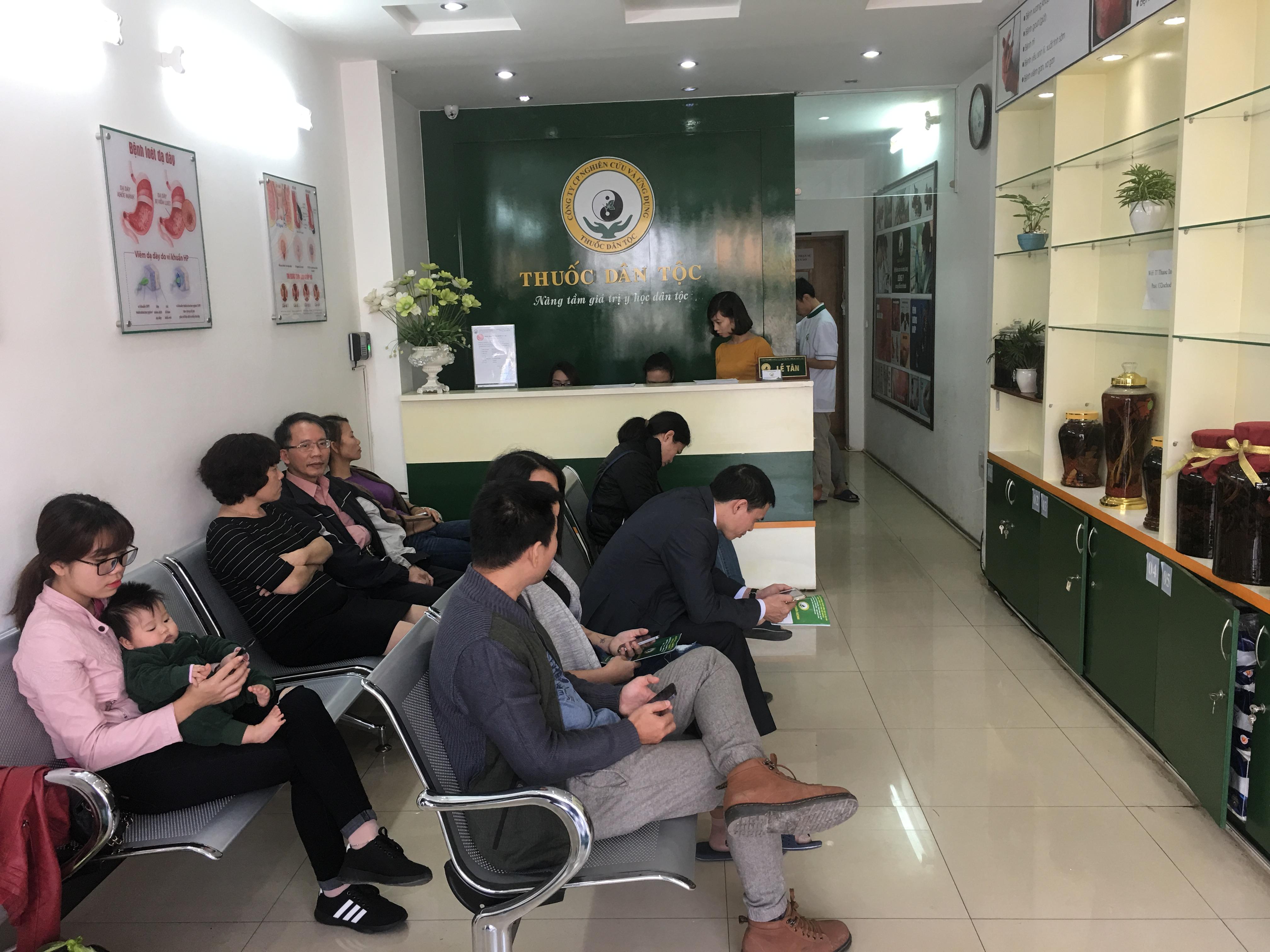 Từ rất sớm, đông đảo bệnh nhân đã tìm đến Trung tâm Nghiên cứu và Ứng dụng thuốc dân tộc để chờ thăm khám.