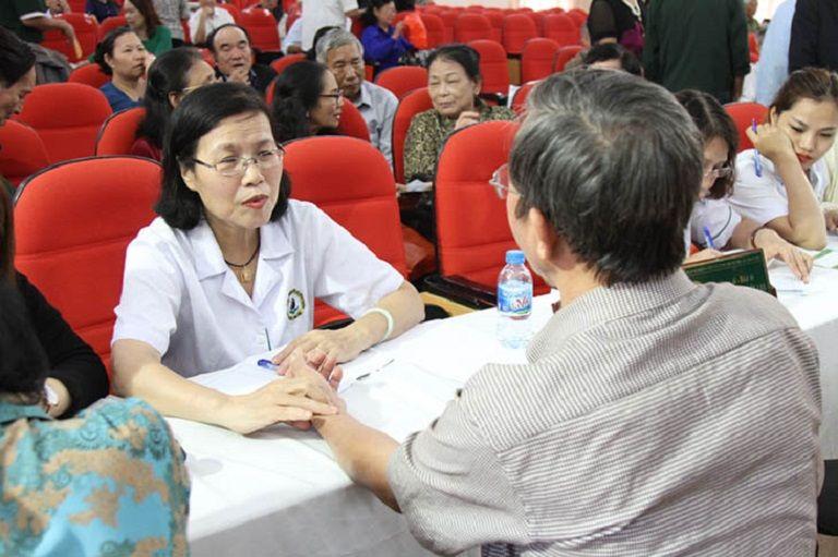 Bác Quyết được bác sĩ Vân Anh khám và điều trị bệnh dạ dày