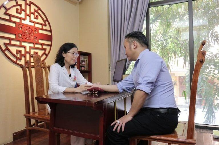 TS.BS Nguyễn Thị Vân Anh hướng dẫn người bệnh lưu ý khi sử dụng thuốc