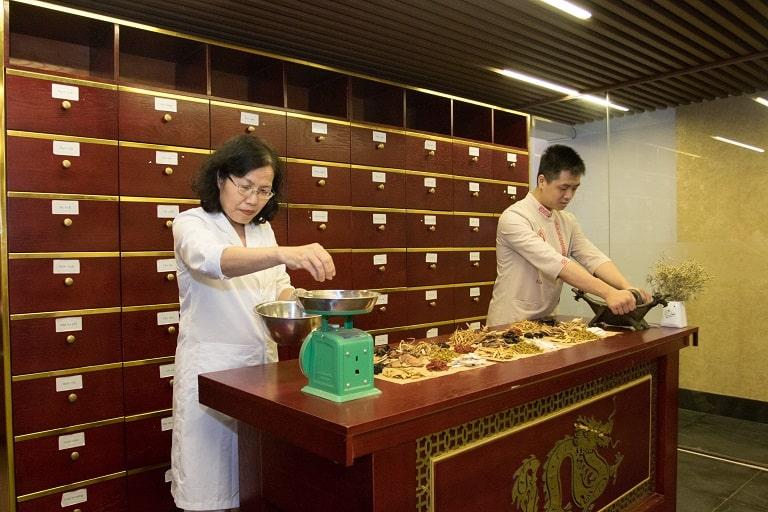 TS.BS Nguyễn Thị Vân Anh dành nhiều thời gian nghiên cứu dược liệu trong bài thuốc