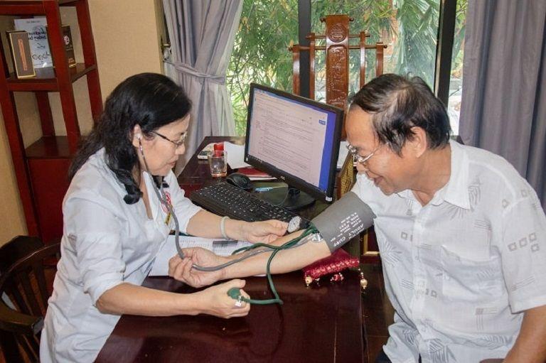 Chú Thành được trực tiếp TS.BS Nguyễn Thị Vân Anh khám chữa bệnh và kê đơn thuốc