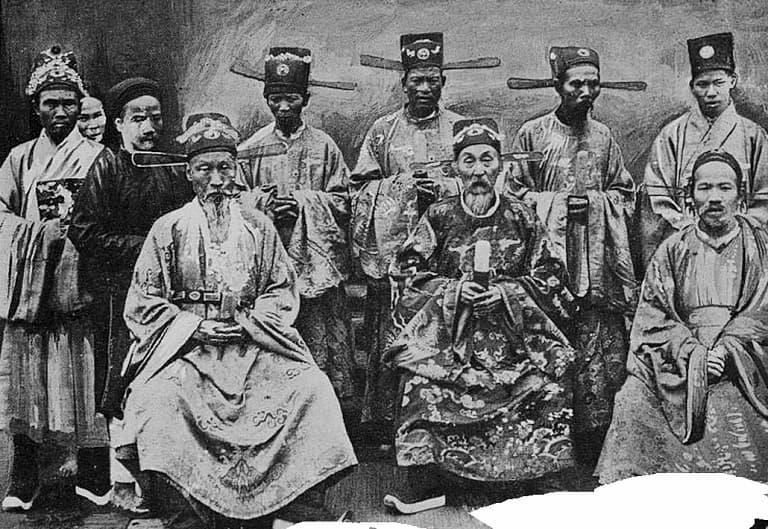 Nguyễn Địch cùng Ngự y của Thái Y Viện cùng nghiên cứu bài thuốc quý cho vua (ảnh minh họa)