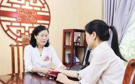 Chị Hạnh được bác sĩ Vân Anh thăm khám và điều trị bệnh HP dạ dày sau sinh