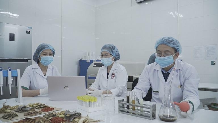 Đội ngũ bác sĩ nghiên cứu của Nhất Nam Y Viện trong phòng thí nghiệm